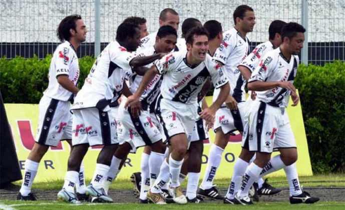 2005 – PONTE PRETA – Nesta edição do Brasileirão, o número de times que jogavam a competição foi reduzido para 22 e o número de jogos para 42 (o formato atual com 20 equipes foi implementado no ano seguinte, em 2006). A Ponte Preta assumiu a liderança após derrotar o Juventude, em Caxias do Sul, pela 9ª rodada, ficando com 20 pontos. A Macaca se manteve no topo da tabela até a 15ª rodada, quando o campeão Corinthians assumiu. O time de Campinas acabou aquele Brasileiro a uma posição de entrar na zona do rebaixamento e cair para a Série B.