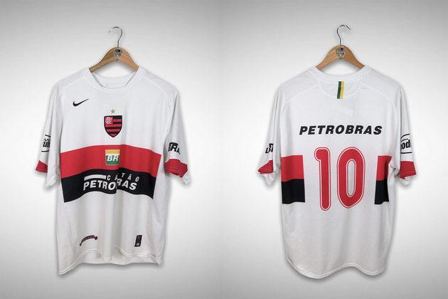 2006 - O único detalhe novo foi o vermelho na borda das mangas.