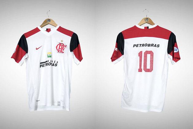 2007 - A camisa passou a ter mangas em listras vermelhas e pretas, com o restante em branco.