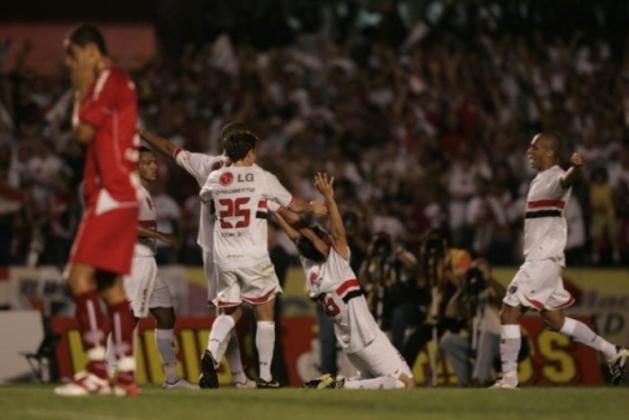 2007 - Semifinal - Em 2007, o São Paulo foi o segundo colocado na primeira fase e acabou se classificando às semifinais. No entanto, perdeu para o São Caetano. Na ida, 1 a 1, no Anacleto. A volta, goleada do Azulão por 4 a 1, no Morumbi