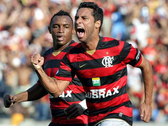 2008 - Listras finas e detalhes em dourado marcaram o último uniforme fornecido pela Nike ao Flamengo