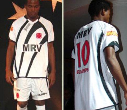 2009 - 1 - As imagens dos novos uniformes vazaram na Internet e acabaram divulgadas pela nova diretoria da época. Uma camisa alternativa, que dividiu opiniões no clube. Chegou-se até falar que fere o estatuto do clube por causa da faixa e das estrelas na parte de trás da gola.