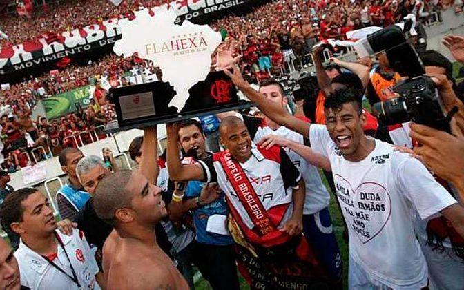 2009 - Ano do Hexa, do memorável gol de Ronaldo Angelim e arrancada histórica com Adriano & Cia. Com 28 jogos, o Fla tinha 44 pontos, ainda em 4º lugar. O título veio só na última rodada, após somar 67 pontos.