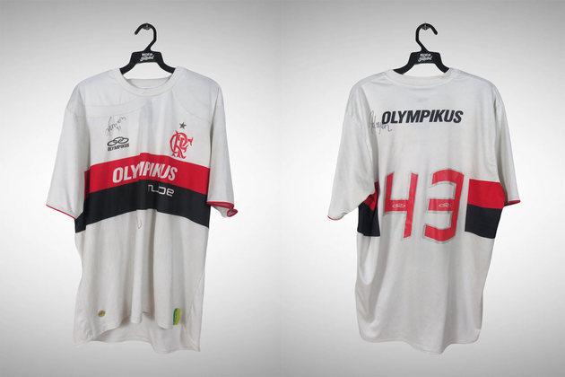 2009 - O uniforme no ano do Hexa tinha listras rubro-negras na região do peito e as mangas totalmente brancas.