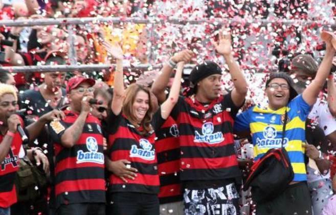 2011 - Logo no 10º dia da década - em 10 de janeiro -, o Flamengo anunciou a chegada de Ronaldinho Gaúcho, na que se tornou uma das maiores contratações da história do futebol brasileiro.