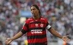 2011 - No ano em que Ronaldinho chegou ao clube, a camisa tinha listras finas e a parte superior em predomínio vermelho.