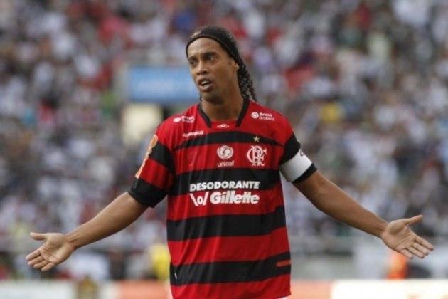 2011 - No ano em que Ronaldinho chegou ao clube, a camisa tinha listras finas e a parte superior em predomínio vermelho