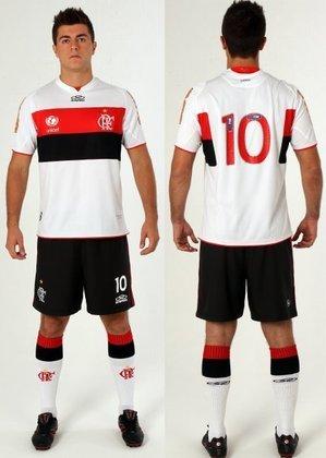 2012 - O uniforme reserva passou a contar com listras rubro-negras grossas na altura do peito.