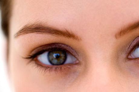 Os sintomas mais comuns que levam à procura do médico são a diminuição da acuidade visual