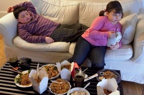 Exposição a alimentos calóricos faz com que crianças evitem comida saudável