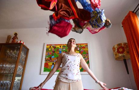Antigos companheiros de Patrícia durante a quimioterapia, os lenços hoje são usados como echarpe para compor o visual