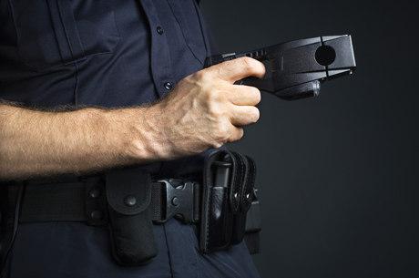 Pistola taser tem seu uso questionado no Brasil devido aos riscos à saúde