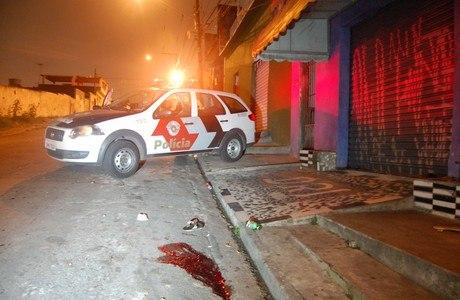 Três jovens conversavam na frente da casa de um deles, quando dois homens de moto passaram atirando, na zona leste. Um deles foi baleado na cabeça