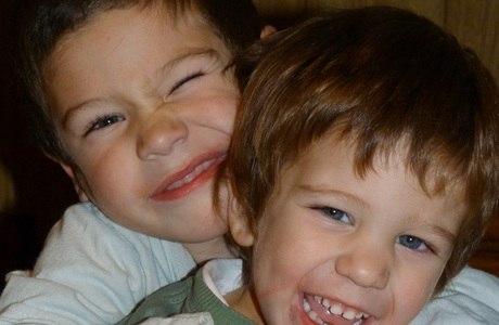 Benjamin (D), de 3 anos, ajudou o irmão Faustino a volta para casa