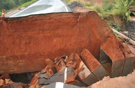 Cratera em rodovia de Fernandópolis, no interior de São Paulo