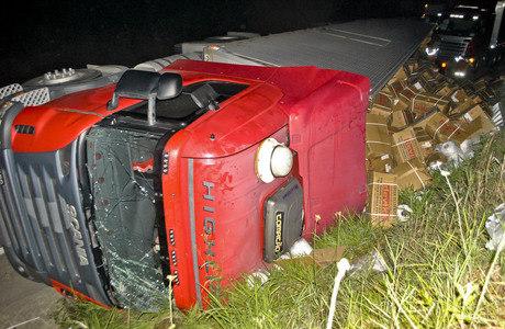 Caminhão tomba na rodovia Fernão Dias