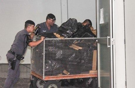Polícia apreendeu 720 kg de maconha dentro de uma oficina mecânia, na zona norte de São Paulo, na noite desta terça-feira