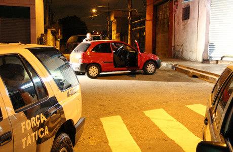 Policiais fazem perícia no carro de suspeito que morreu após troca de tiros com a PM em São Mateus