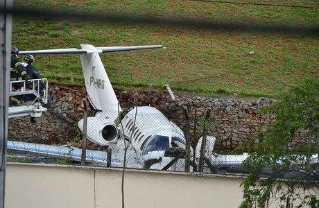 Aeronave passou da pista e foi parar próximo ao muro do aeroporto