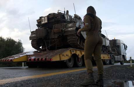 Movimentação de tanques nas colinas do Golã neste domingo (11), região controlada por Israel