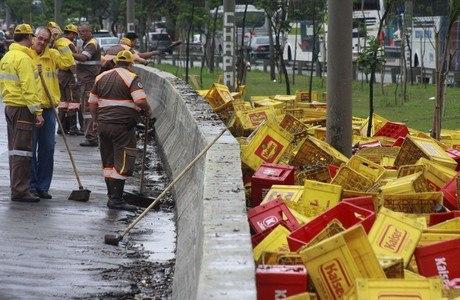 Caminhão derrubou carga de cerveja na marginal Tietê na manhã desta terça-feira