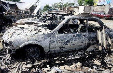 Pelo menos oito carros foram incendiados em Barueri, na madrugada desta segunda-feira