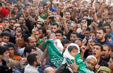Palestinos carregam corpos de crianças durante funeral em Beit Lahiya, na Faixa de Gaza