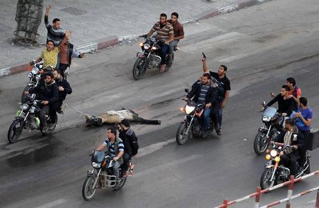 Corpo de palestino executado em Gaza é arrastado pela cidade