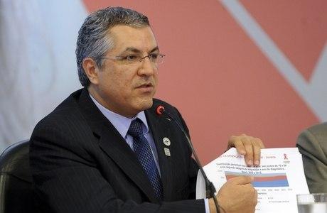 Ministro da Saúde Alexandre Padilha analisa os dados do boletim epidemiológico do HIV no Brasil e lança campanha