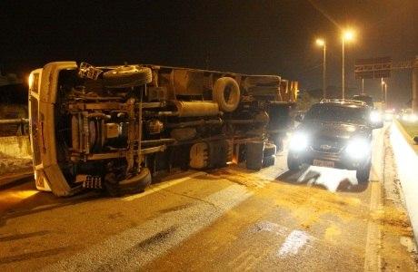 Caminhão tombado na Marginal Tiête, próximo ao acesso a rodovia Castello Branco