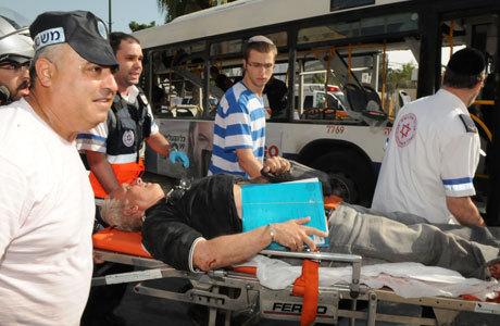 Israelenses ajudam no resgate de feridos no centro de Tel Aviv