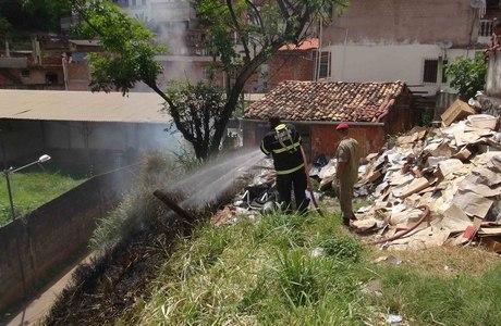 Moradora guardava reciclagem em casa, o que pode ter provocado incêndio