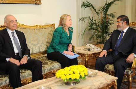 Hillary se reuniu hoje com o chanceler egípcio (esq.) e com o presidente do Egito