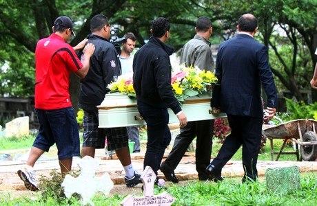 Pai e filho, mortos em chacina, são enterrados em Osasco, na manhã desta segunda-feira