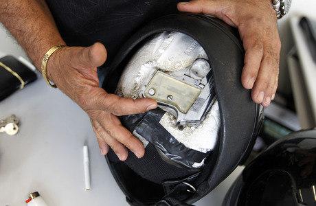 Suspeitos presos nesta terça-feira escondiam armas em compartimentos dentro de capacetes