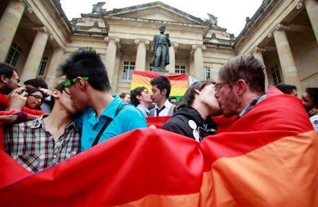 Casais se beijam em protesto semana passada em Bogotá a favor da aprovação do projeto