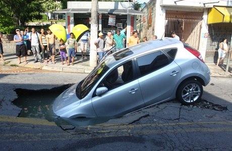 Carro fica entalado após cair em buraco em Osasco