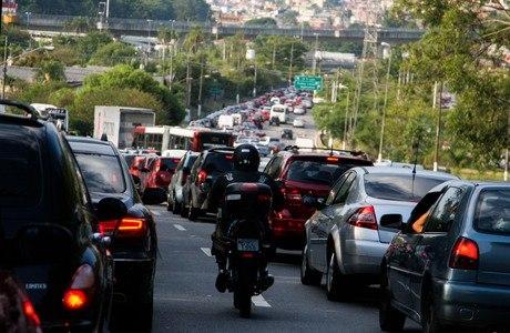 Marginal Pinheiros tinha trânsito lento, na manhã desta quinta-feira, devido a obras na avendia Juscelino Kubitschek e excesso de veículos