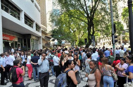 Prédio é evacuado na rua Araújo, na região de SP, na manhã desta quinta-feira