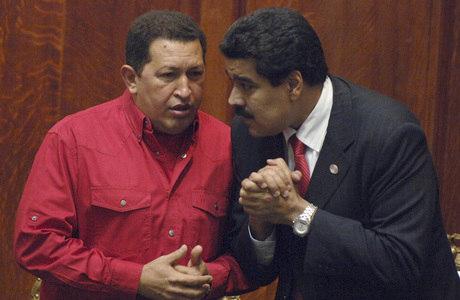 Em imagem de 2007, Maduro e Chávez conversam durante cerimônia na Universidade do Uruguai, em Montevidéu