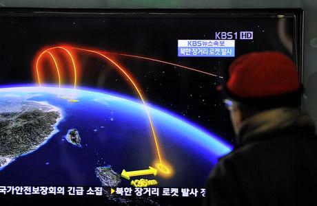 TV sul-coreana exibe trajetória de foguete lançado pela Coreia do Norte nesta quarta-feira (12)