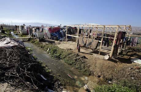 Menino sírio refugiado em acampamento de Saadnayel, no Líbano. Mais de meio milhão de sírios já foram cadastrados ou esperam regularização do status de refugiados em países do Oriente Médio