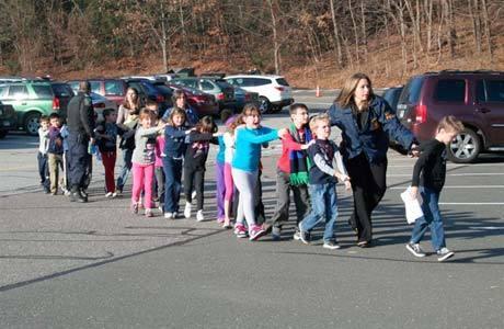 Crianças deixam a escola após tiroteio