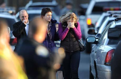 Moradores de Newtown lamentam massacre na escola Sandy Hook