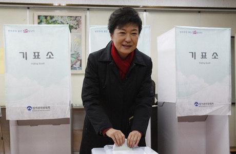 A conservadora Park Geun-hye, de 60 anos, é líder do partido Saenuri, do presidente Lee Myung-bak