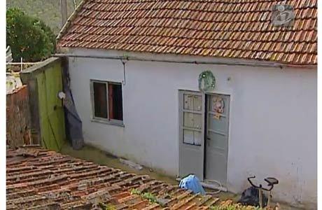 Casa onde a brasileira vivia com os filhos e o marido, que é português. As duas crianças foram encontradas em um quarto em chamas