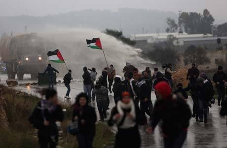 Tropas israelenses repelem manifestantes palestinos em Nabi Saleh, perto de Ramallah, na Cisjordânia