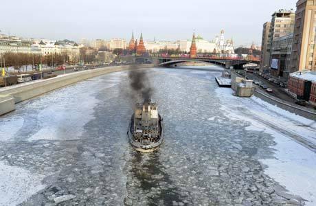 Barco quebra gelo em rio na capital russa