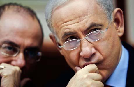 Netanyahu (dir.) conversa com o vice-primeiro-ministro israelense, Silvan Shalom