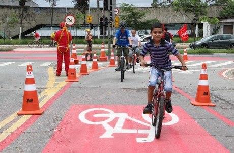 Ciclistas aproveitam o primeiro dia da ciclofaixa